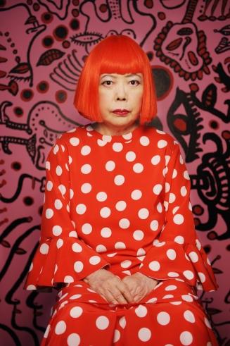 Retrato_Yayoi_Kusama_2011._Cortesa_Victoria_Miro_Gallery_London_Ota_Fine_Arts_Tokyo_and_Yayoi_Kusama_Studio_Inc._-_Yayoi_Kusama_baixa